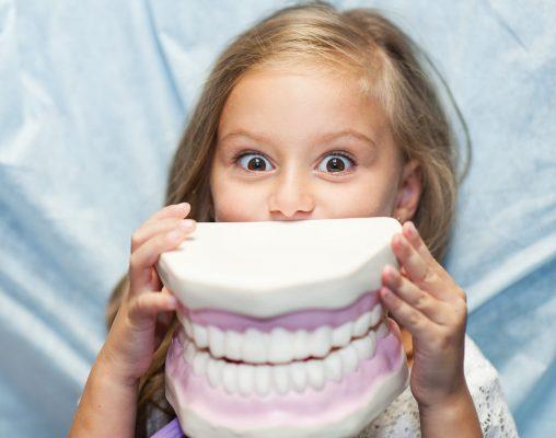 Kind das spaß beim zahnarzt hat