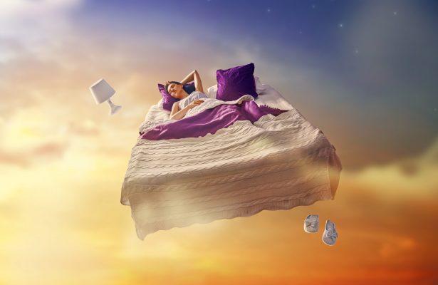 Frau die in ihrem Bett fliegt