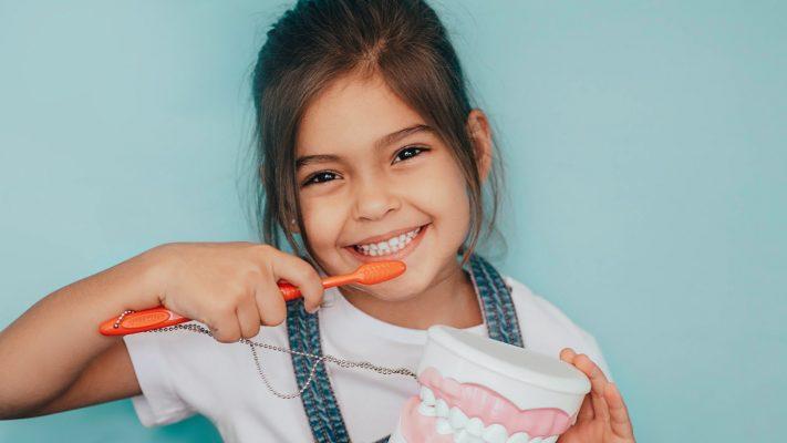 Kind das sich die zähne putzt